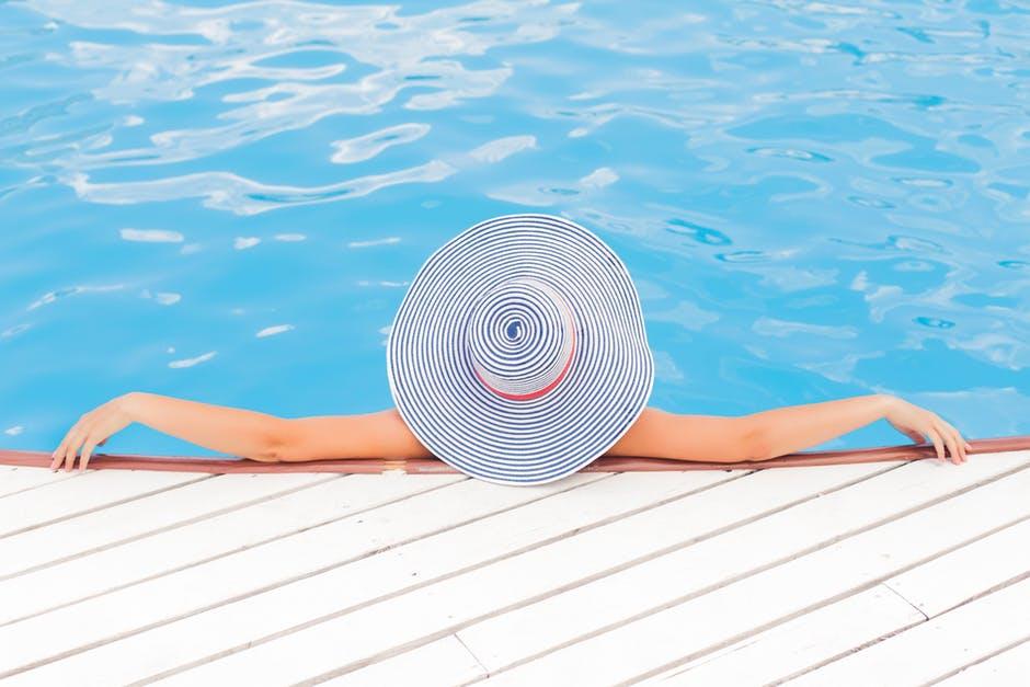 почивка край басейна