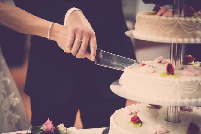 wedding-cake-sliding