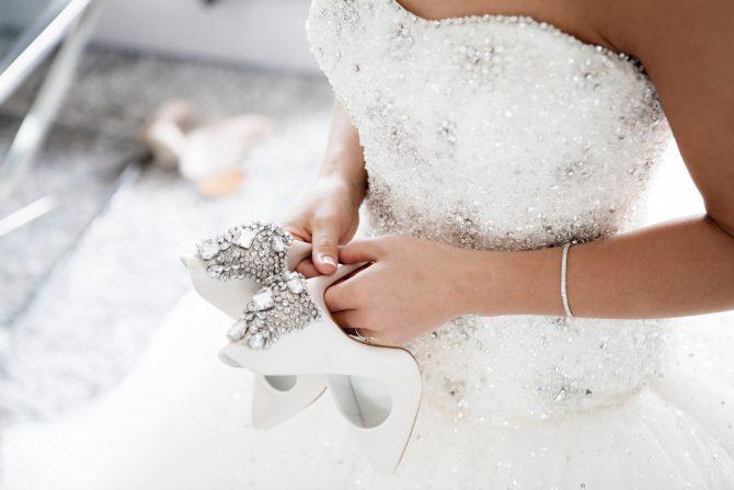сватбена прическа рокля и обувки