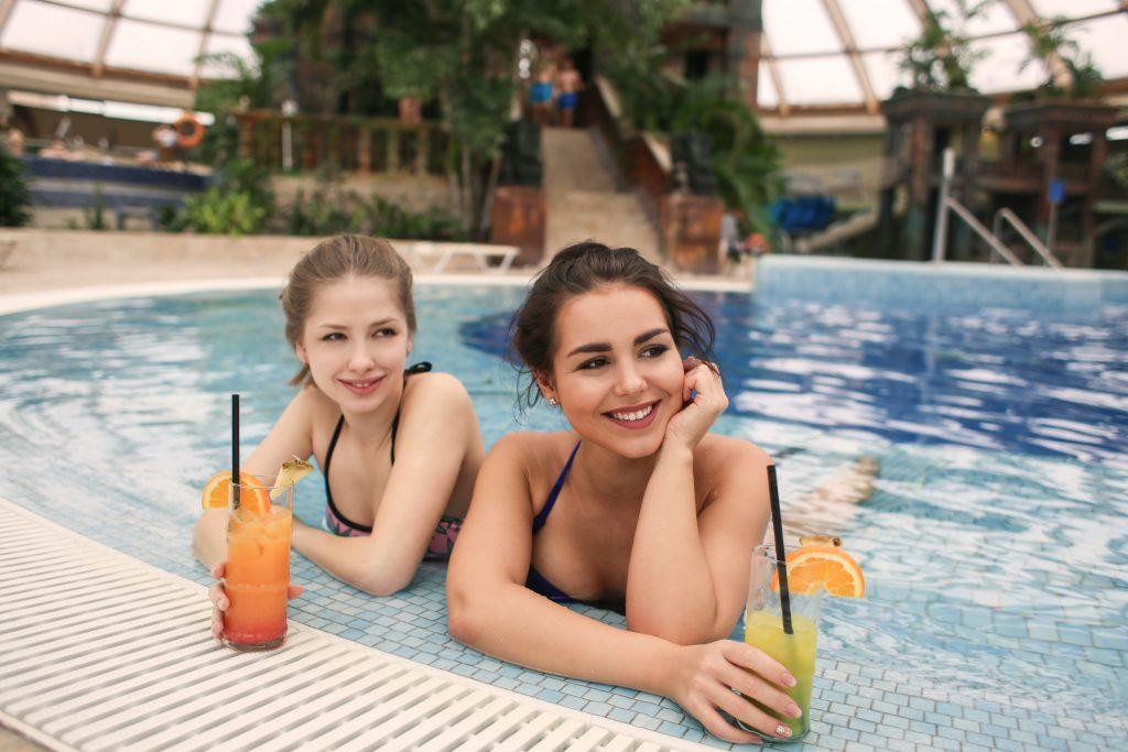лято край басейна