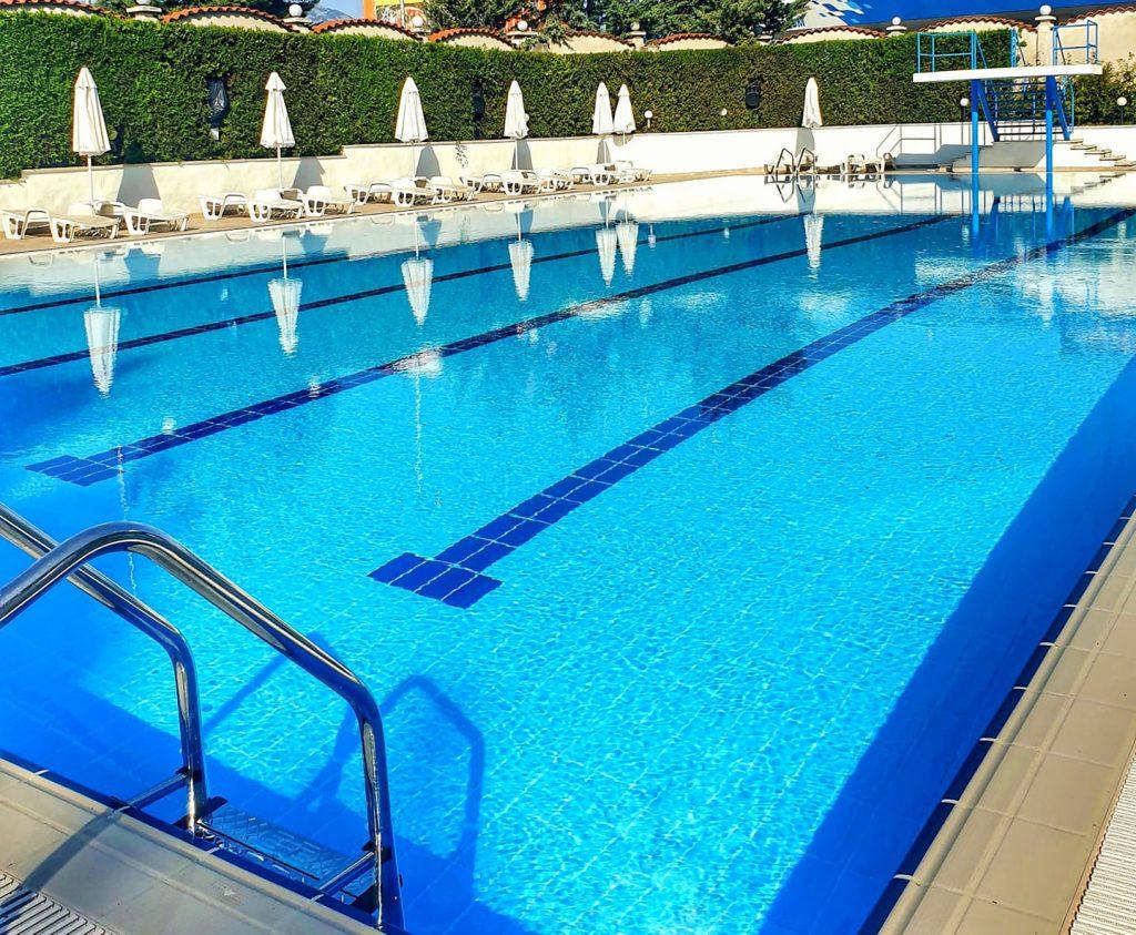 Откритият басейн с треньор по плуване